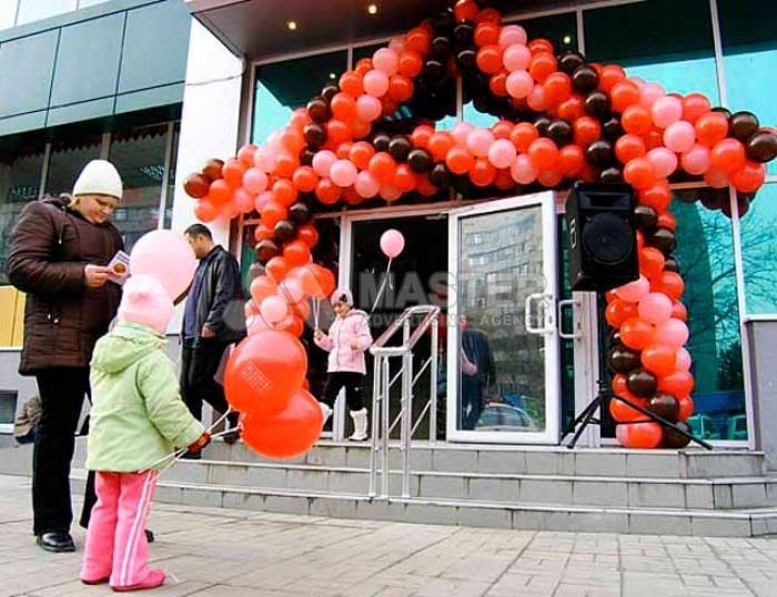 Оформление шарами открытия магазина, промоутеры с громкоговорителем и раздача листовок